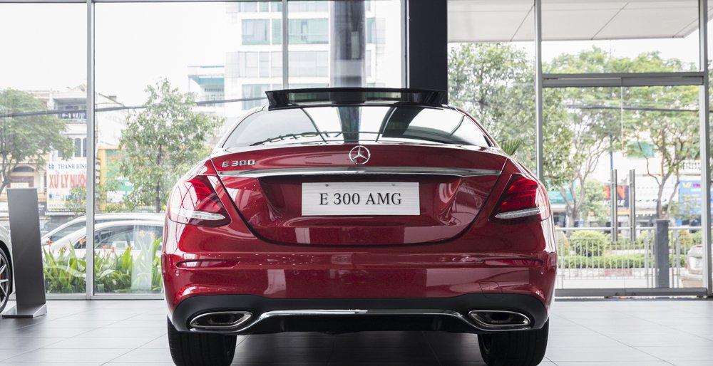 Đánh giá xe Mercedes-Benz E-Class 2017 có đuôi xe cong, mềm và bầu bĩnh hơn.