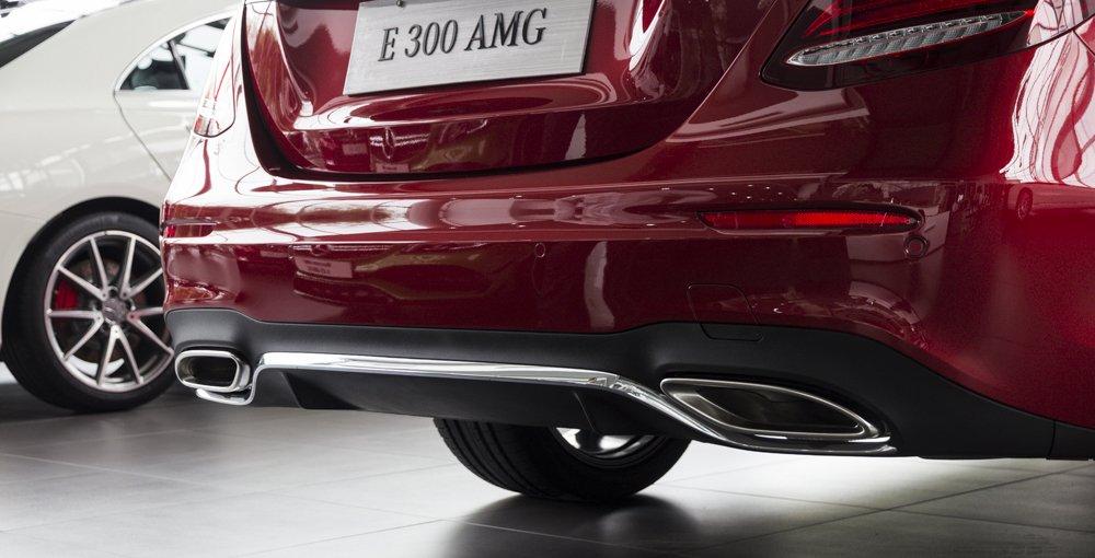 Đánh giá xe Mercedes-Benz E-Class 2017 có ống xả kép với đầu ống hình khối lớn.