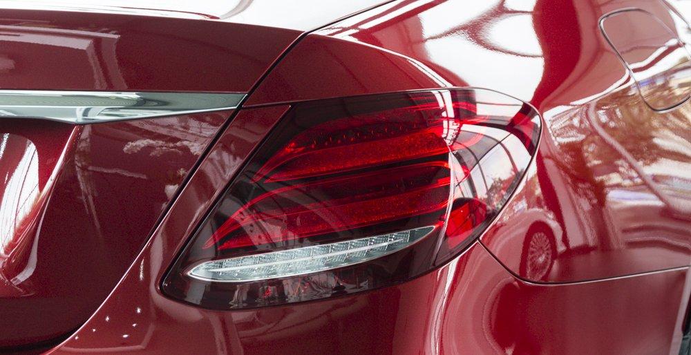 Đánh giá xe Mercedes-Benz E-Class 2017 có đèn hậu LED với dải đèn ánh kim rất mới mẻ.