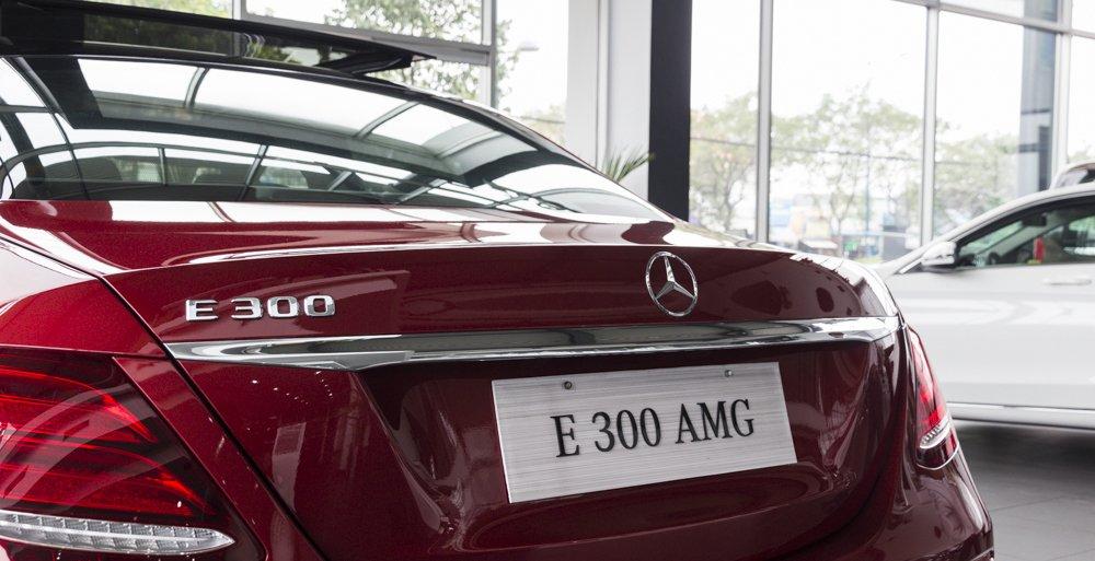 Đánh giá xe Mercedes-Benz E-Class 2017 có thanh ngang kiêm tay nắm cửa cốp mạ com sang trọng.