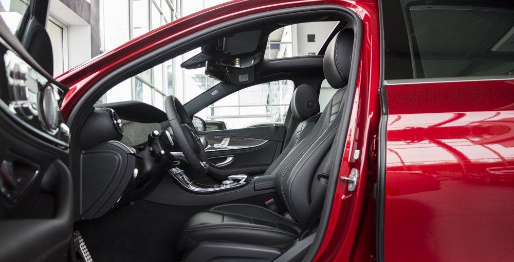 Đánh giá xe Mercedes-Benz E-Class 2017 có toàn bộ các ghế bọc da cao cấp.
