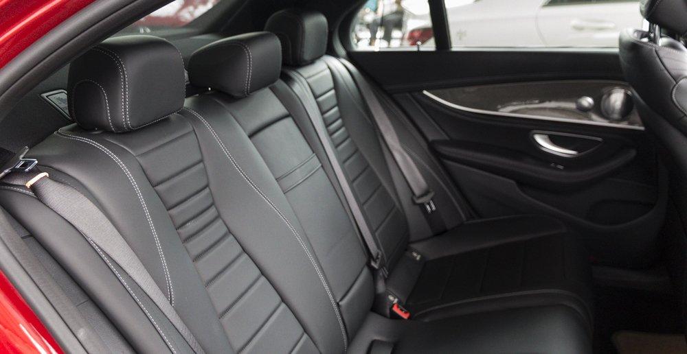 Đánh giá xe Mercedes-Benz E-Class 2017 có hàng ghế sau với 3 tựa đầu cùng 3 chỗ ngồi rộng rãi.