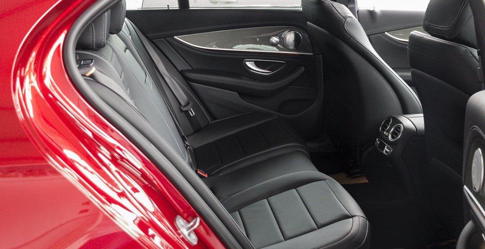 Đánh giá xe Mercedes-Benz E-Class 2017 có khoang lấy gió làm mát riêng biệt tại hàng ghế sau.