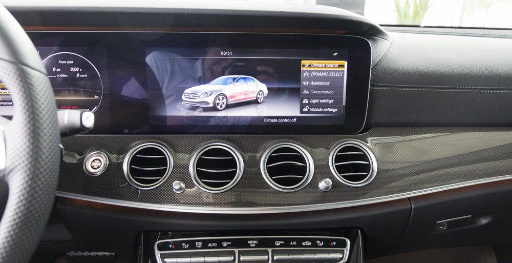 Đánh giá xe Mercedes-Benz E-Class 2017 có điều hòa tự động với nhiều hốc gió làm mát nhanh.