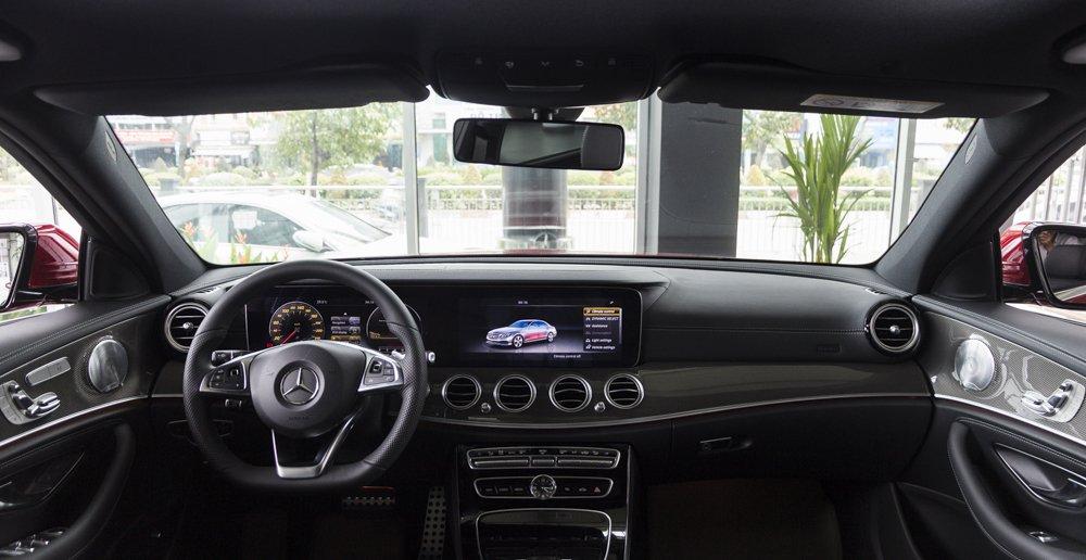 Đánh giá xe Mercedes-Benz E-Class 2017 có nội thất hiện đại, rộng rãi.
