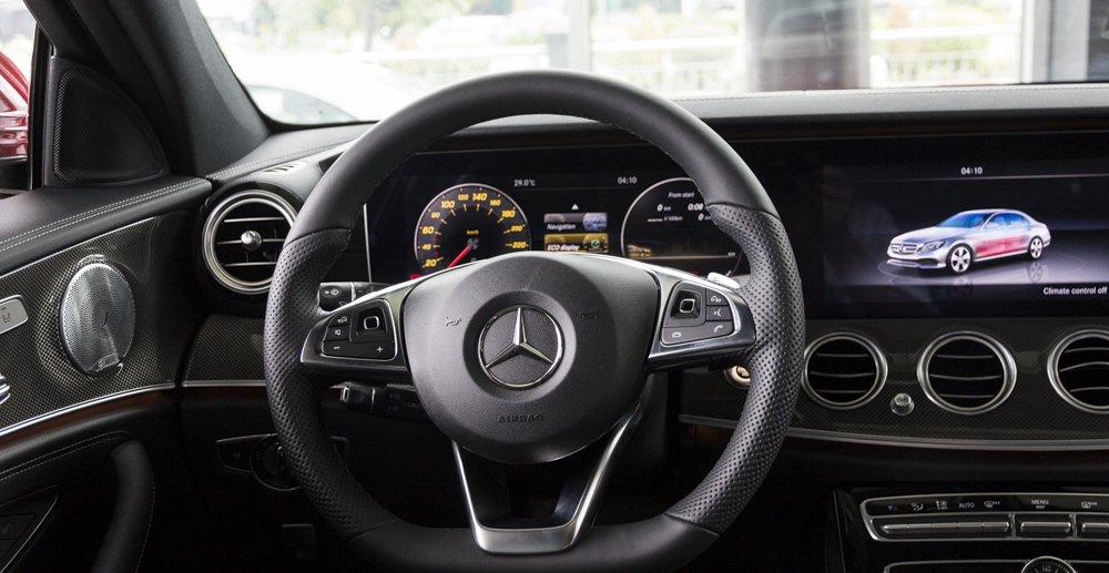 Đánh giá xe Mercedes-Benz E-Class 2017 có vô lăng bọc 3 với 3 chấu thể thao.