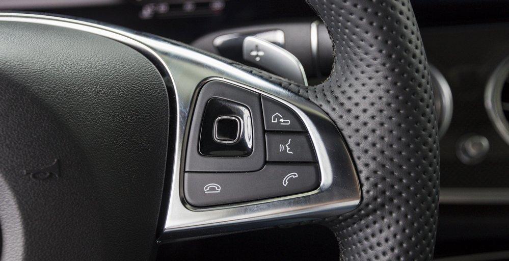 Đánh giá xe Mercedes-Benz E-Class 2017 có các phím bấm tiện nghi điều khiển nhanh hệ thống giải trí 2.