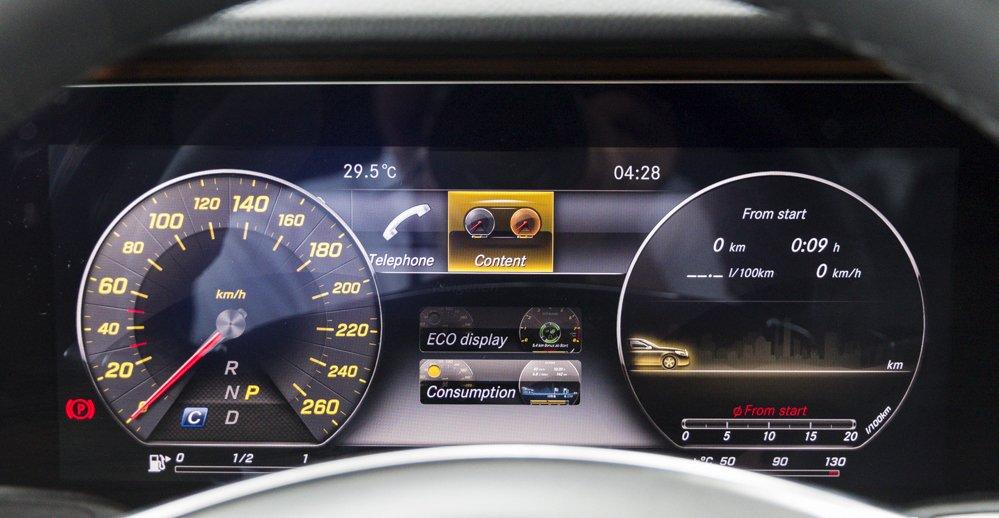 Đánh giá xe Mercedes-Benz E-Class 2017 có cụm đồng hồ lái điện tử hiển thị nhiều thông tin.