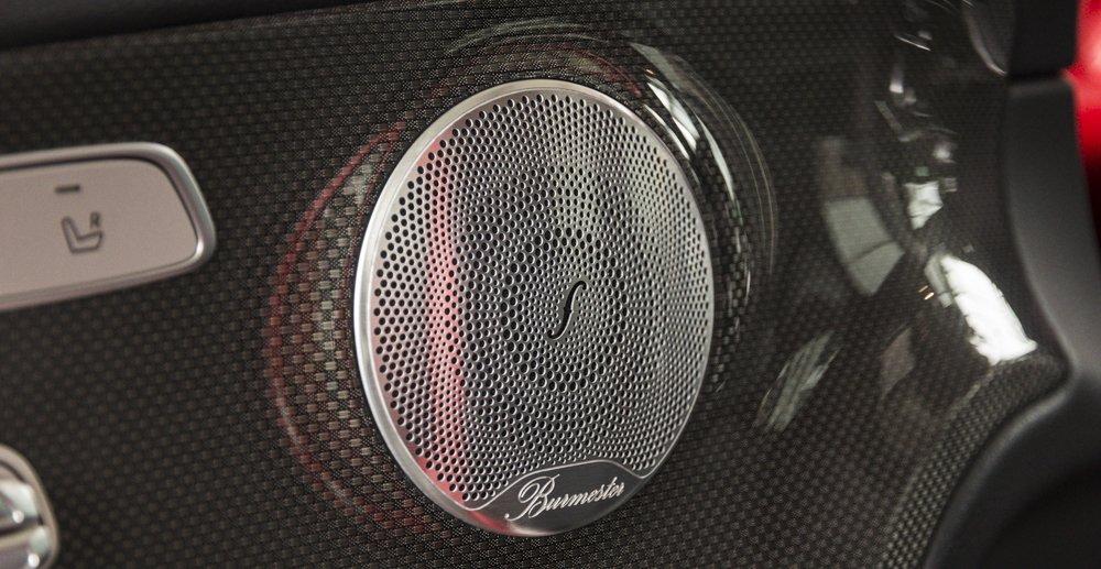 Đánh giá xe Mercedes-Benz E-Class 2017 có hệ thống âm thanh với 13 loa công suất lớn rất đã.