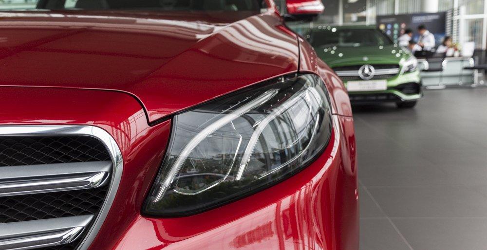 Đánh giá xe Mercedes-Benz E-Class 2017 có đèn pha Xenon cùng đèn ban ngày dạng LED.