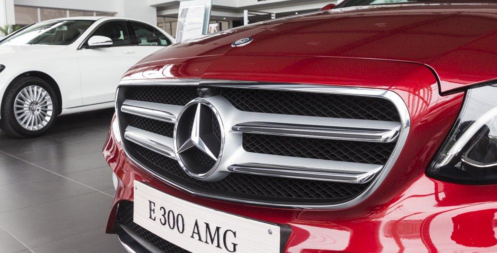 Đánh giá xe Mercedes-Benz E-Class 2017 có lưới tản nhiệt có logo ngôi sao lớn cùng các thanh kim loại mạ crom.