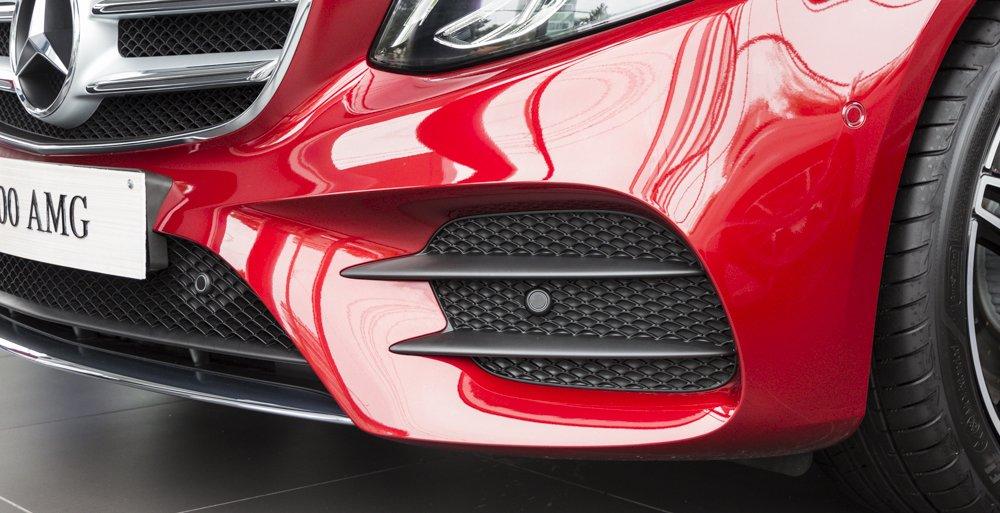 Đánh giá xe Mercedes-Benz E-Class 2017 có hệ thống lấy gió với nhiều răng cưa và góc cạnh.