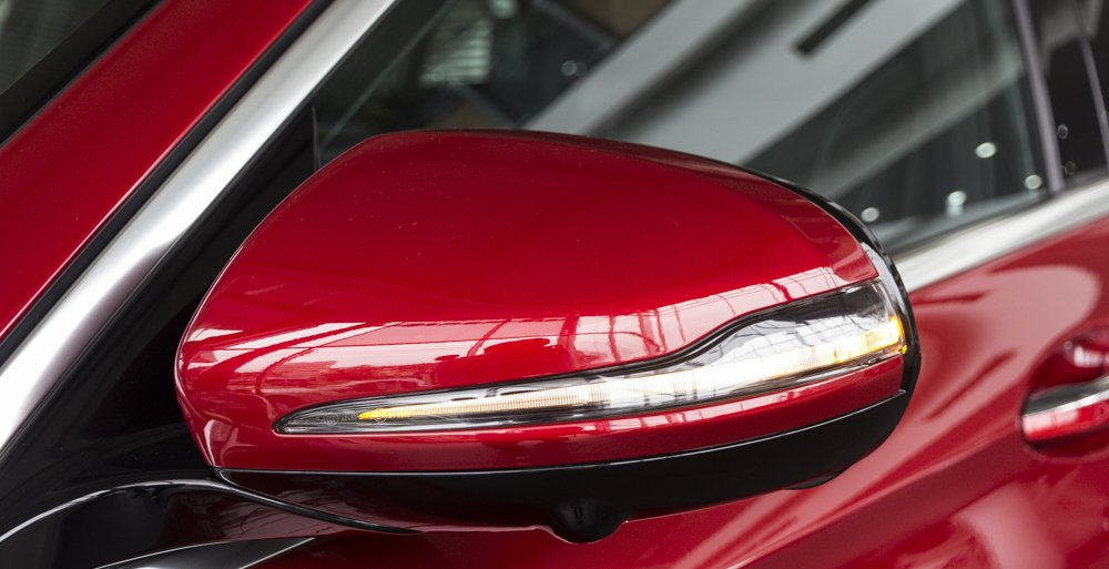 Đánh giá xe Mercedes-Benz E-Class 2017 có kính chiếu hậu ngoài tích hợp LED báo xi nhan.