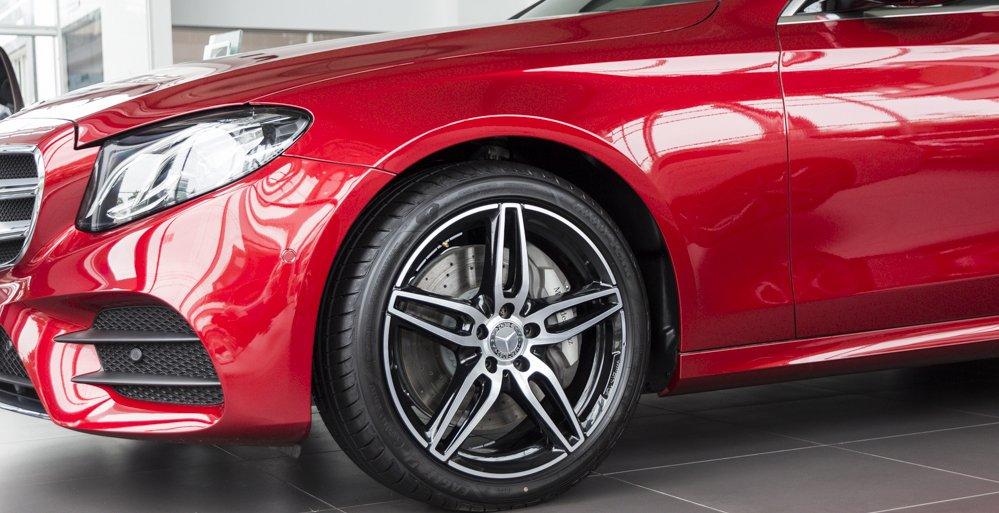 Đánh giá xe Mercedes-Benz E-Class 2017 có mâm cỡ 19 inch cùng la zăng đúc 5 chấu kép.