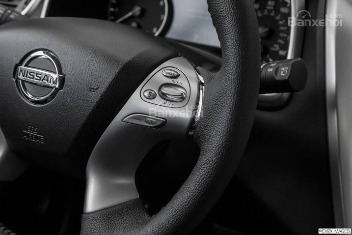 Đánh giá xe Nissan Murano 2017: Thiết kế vô-lăng 4 chấu thể thao tích hợp các nút điều khiển chức năng..