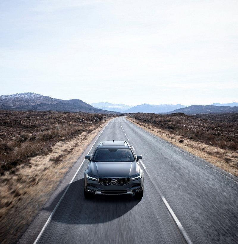 Đánh giá xe Volvo V90 Cross Country 2018: Xe có cảm giác lái khá linh hoạt.