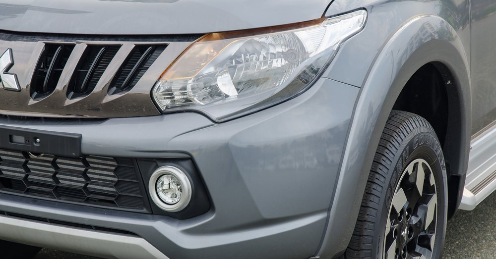 Đánh giá xe Mitsubishi Triton 2017 có đèn sương mù LED hơi lồi ra ngoài có đầu mạ bạc.