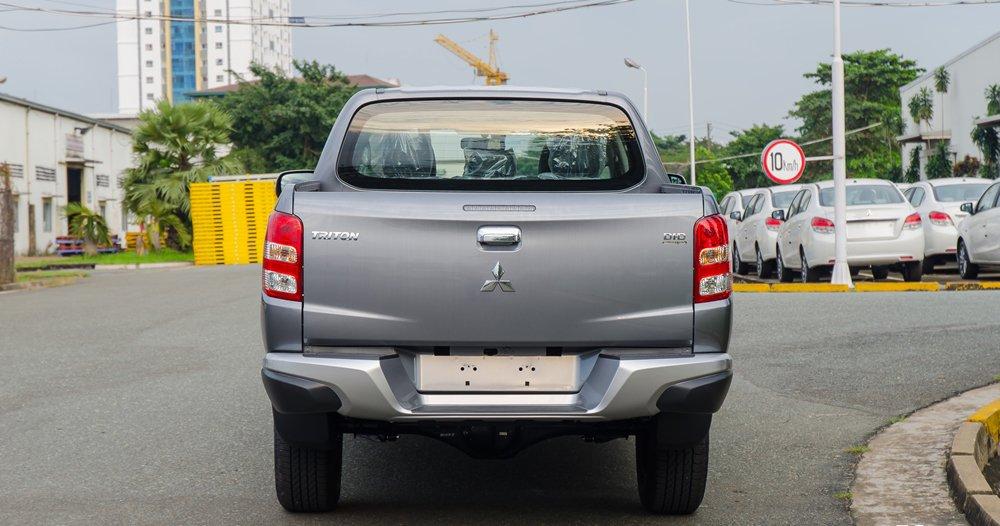 So sánh đuôi xe Mitsubishi Triton MIVEC 2017 và Mazda BT-50 2016.