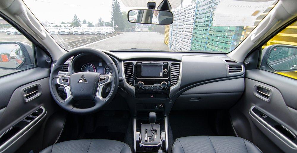 Đánh giá xe Mitsubishi Triton 2017 có nội thất thiết kế triết lý J-line tối ưu không gian hành khách.