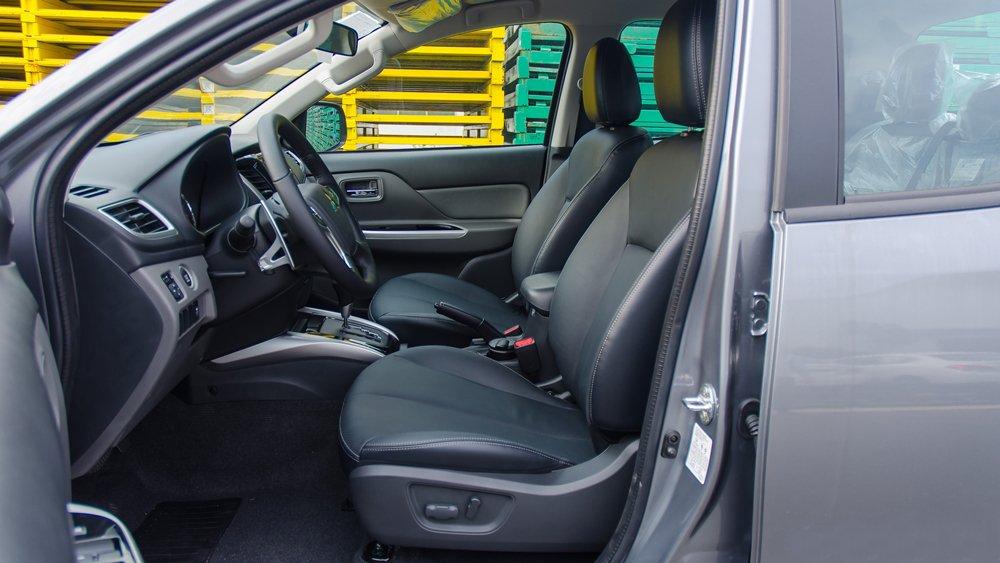 So sánh Mitsubishi Triton MIVEC 2017 và Mazda BT-50 2016 về ghế xe.