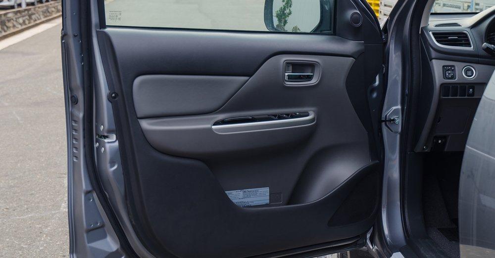 Đánh giá xe Mitsubishi Triton 2017 có cửa xe gần tài xế tích hợp các phím bấm chỉnh kính cửa sổ.