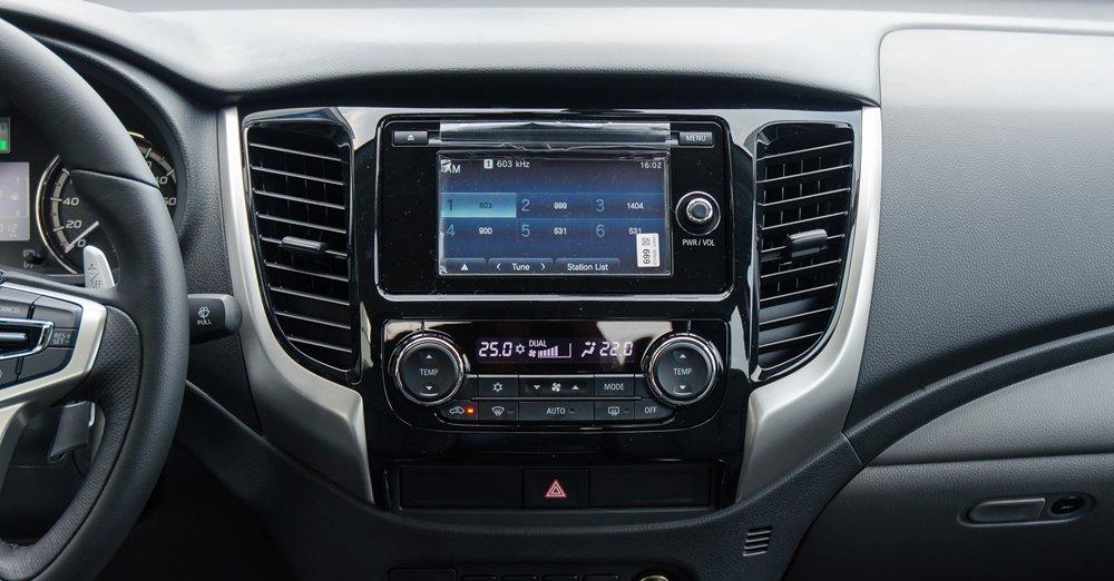 So sánh Mitsubishi Triton MIVEC 2017 và Mazda BT-50 2016 về trang bị giải trí 1