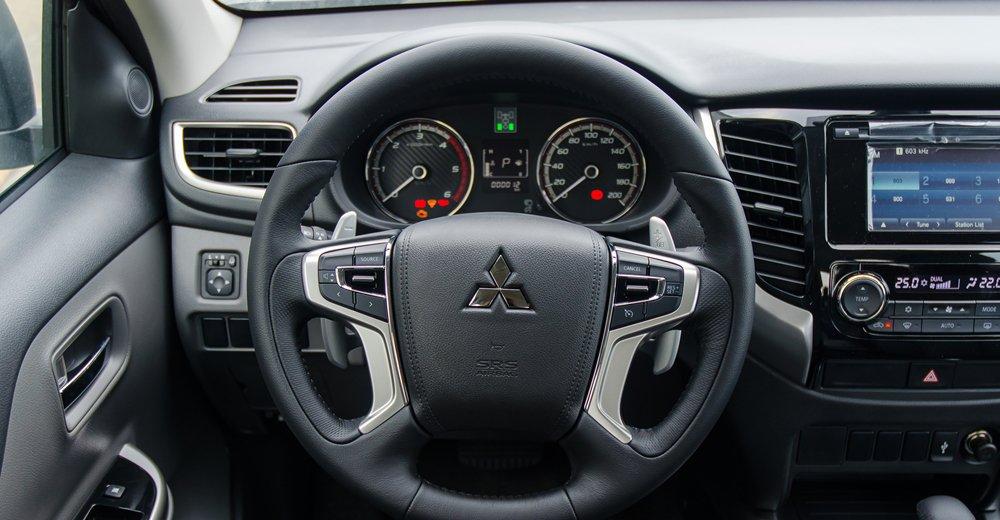 So sánh Mitsubishi Triton MIVEC 2017 và Mazda BT-50 2016 về vô-lăng.