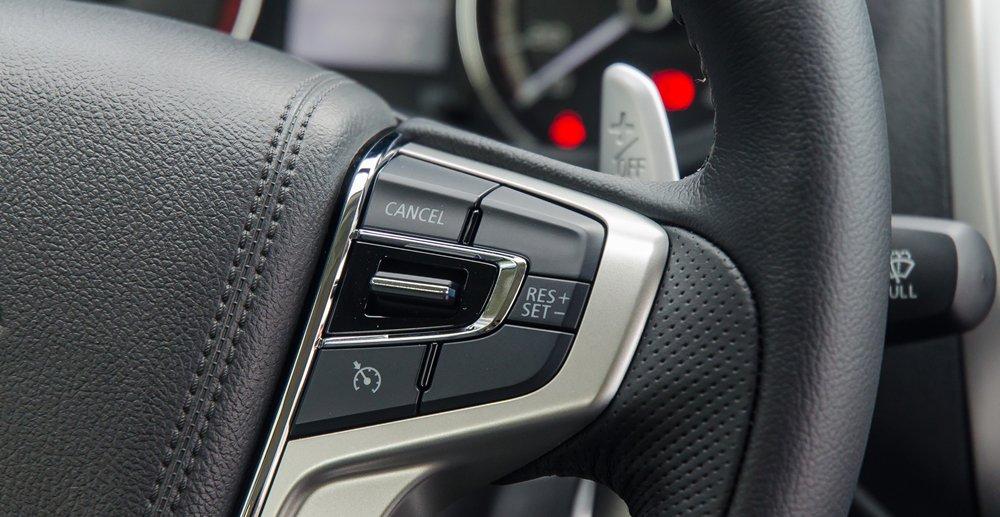Đánh giá xe Mitsubishi Triton 2017 tích hợp nhiều phím giải trí, tiện ích trên vô lăng 2.