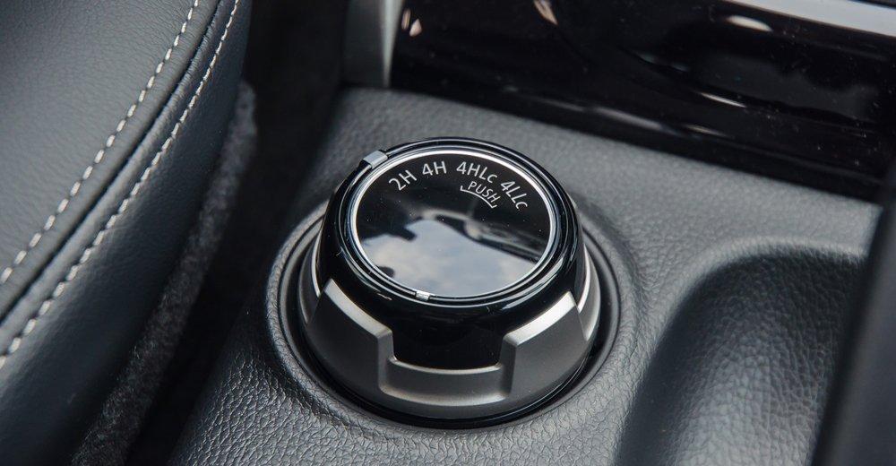 Đánh giá xe Mitsubishi Triton 2017 có núm xoay điều chỉnh nhanh giữa các cầu..