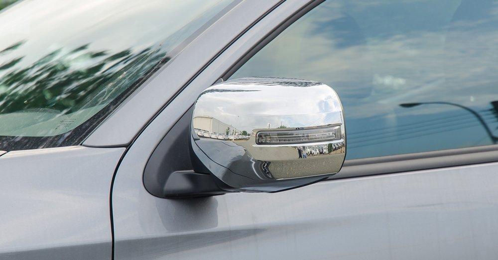 Đánh giá xe Mitsubishi Triton 2017 có cặp gương chiếu hậu chỉnh điện, mạ crom mặt sau tinh tế.