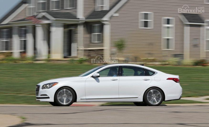 Đánh giá xe Genesis G80 2017: Điểm nhấn trong thiết kế thân xe là đường gân dập nổi chạy dọc từ đèn pha đến đuôi xe.