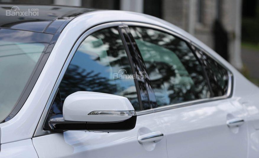 Đánh giá xe Genesis G80 2017: Gương chiếu hậu tự động mờ dần tích hợp đèn báo rẽ và chức năng sưởi.