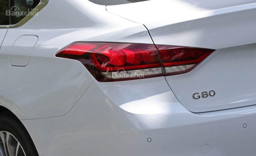 Đánh giá xe Genesis G80 2017: Đèn hậu với hình thù khá lạ.