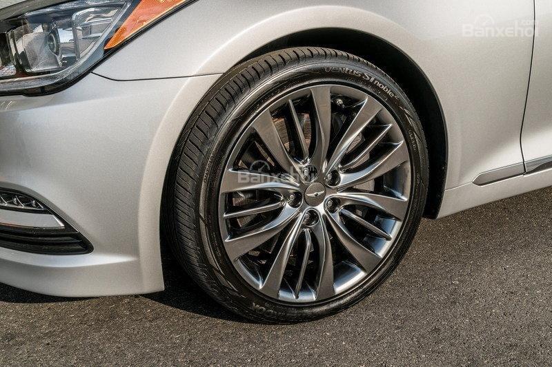 Đánh giá xe Genesis G80 2017: Bộ la-zăng hợp kim 18 inch tiêu chuẩn.