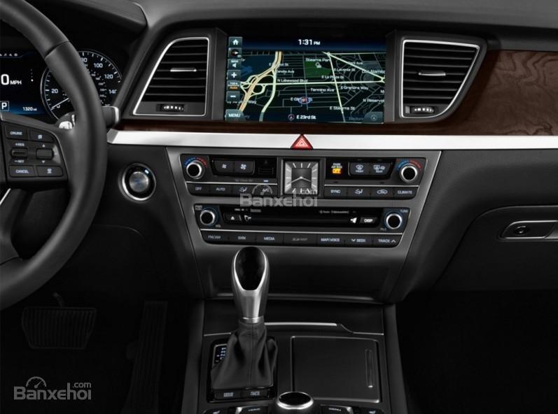 Đánh giá xe Genesis G80 2017: Bảng điều khiển trung tâm có thiết kế đơn giản, ít nút điều chỉnh a1