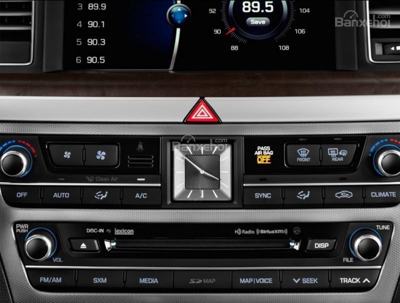 Đánh giá xe Genesis G80 2017: Bảng điều khiển trung tâm có thiết kế đơn giản, ít nút điều chỉnh a3