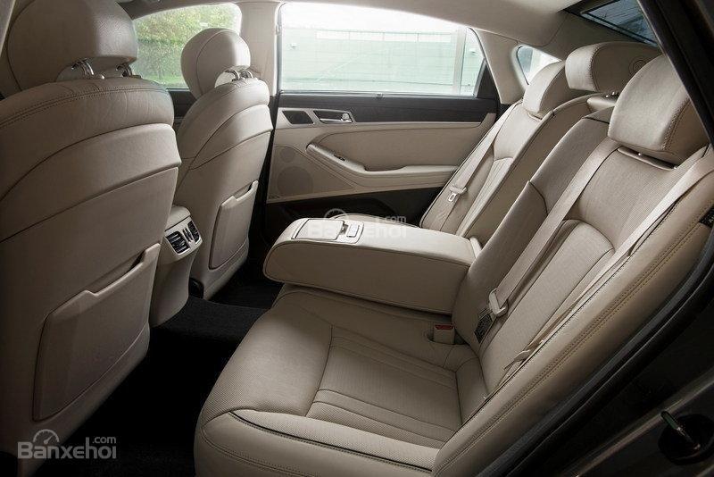 Đánh giá xe Genesis G80 2017: Hệ thống ghế ngồi bọc da cao cấp.