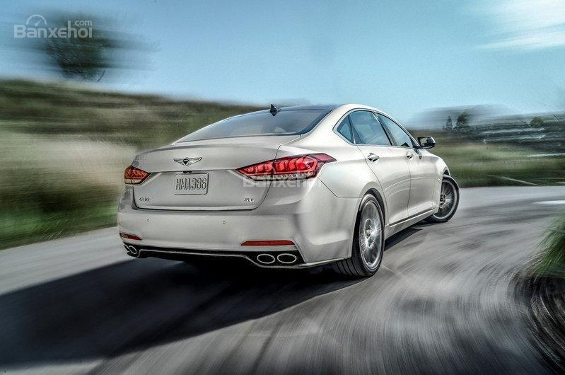 Đánh giá xe Genesis G80 2017: Khoang cabin yên tĩnh, chất lượng lái khá ổn.