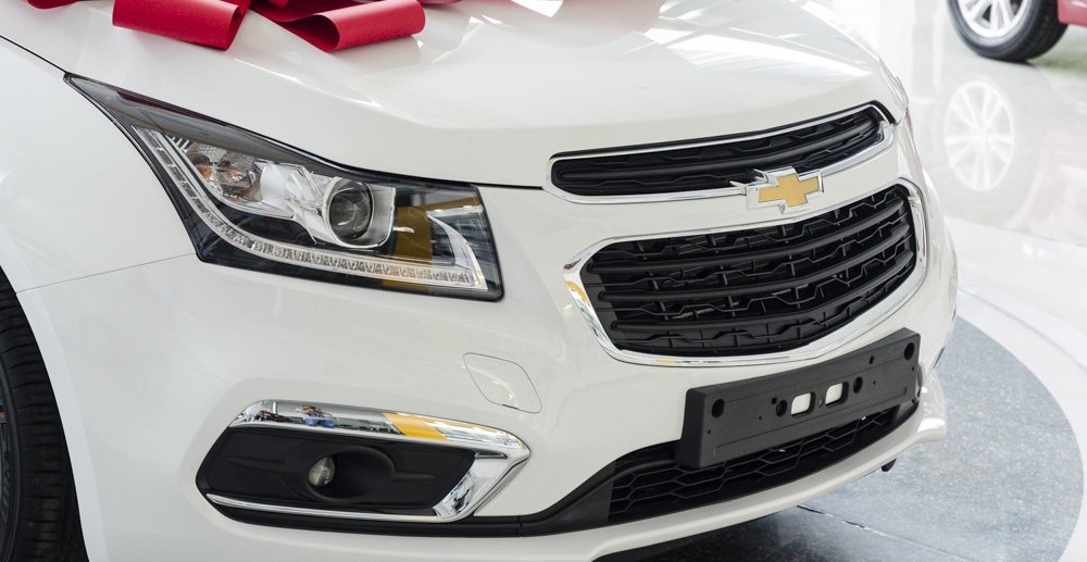 Đánh giá xe Chevrolet Cruze 2017 có lưới tản nhiệt miệng cười hình thang thân thiện.