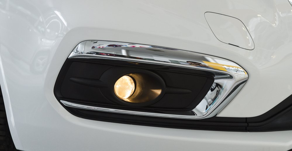 Đánh giá xe Chevrolet Cruze 2017 có đèn sương mù với hốc đèn mạ crom rất đẹp.
