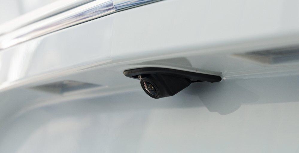 Đánh giá xe Chevrolet Cruze 2017 có camera lùi tích hợp khá tiện ích.