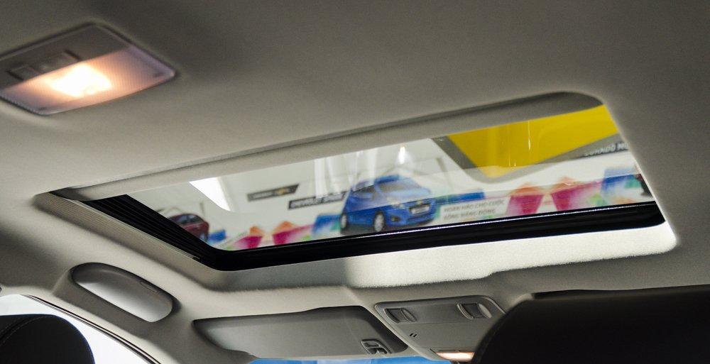 Đánh giá xe Chevrolet Cruze 2017 có cửa sổ trời nhỏ tiện nghi.