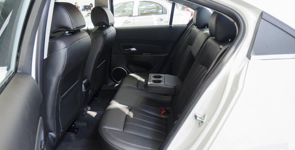 Đánh giá xe Chevrolet Cruze 2017 có hàng ghế sau với ghế giữa tích hợp bệ tì tay kiêm khay để ly.