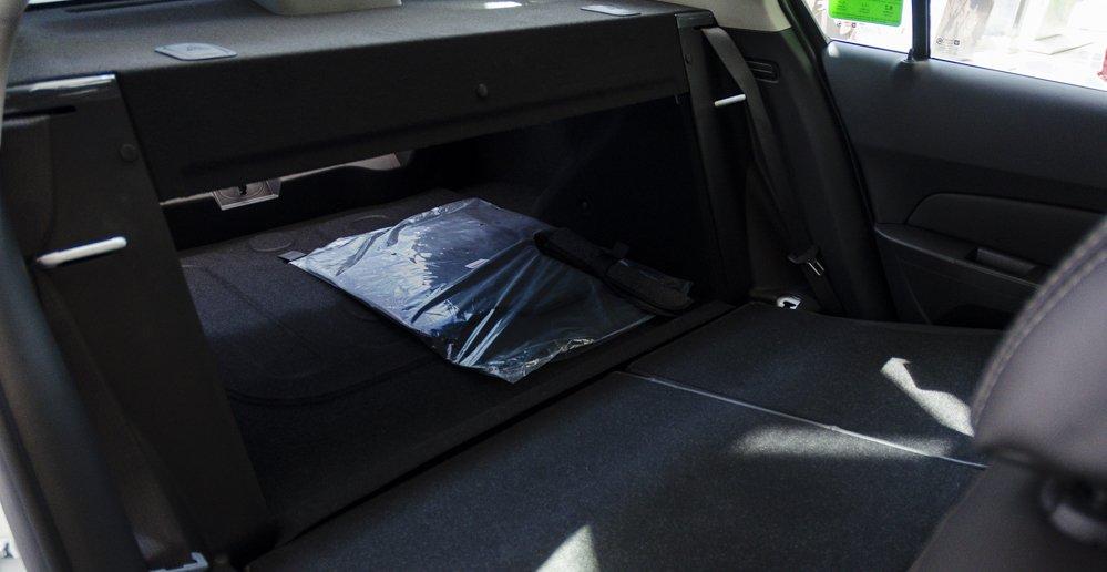 Đánh giá xe Chevrolet Cruze 2017 có khoang chứa đồ rất rộng rãi khi hạ gọn hàng ghế sau.