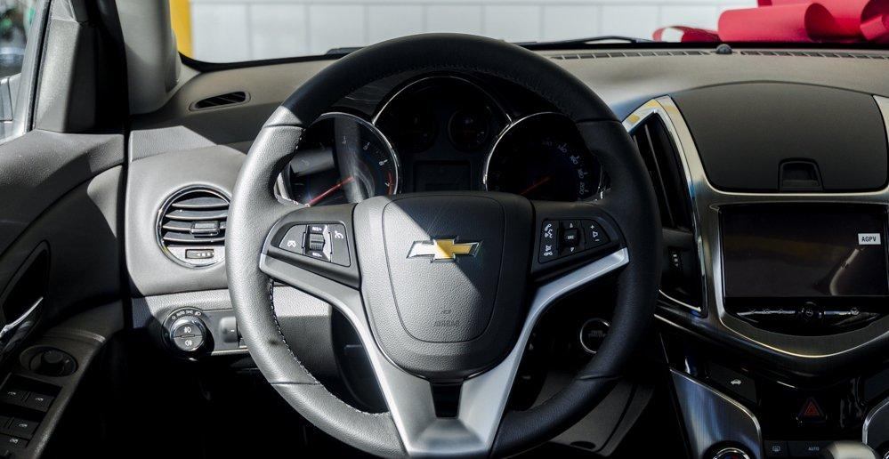Đánh giá xe Chevrolet Cruze 2017 có vô lăng thể thao bọc da 3 chấu.