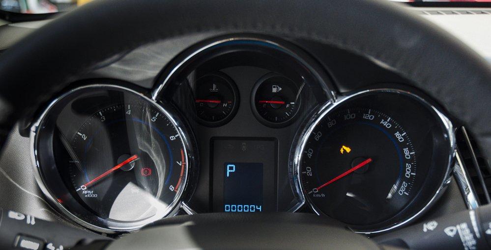 Đánh giá xe Chevrolet Cruze 2017 có đồng hồ lái cơ bản dạng analog.