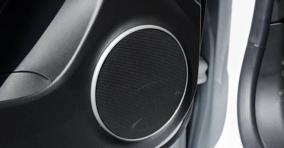 Đánh giá xe Chevrolet Cruze 2017 có tích loa với chất lượng âm thanh khá.
