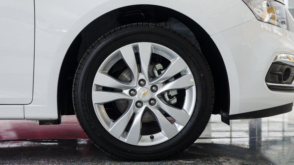 Đánh giá xe Chevrolet Cruze 2017 có mâm xe 17 inch với la xăng 5 chấu kép.