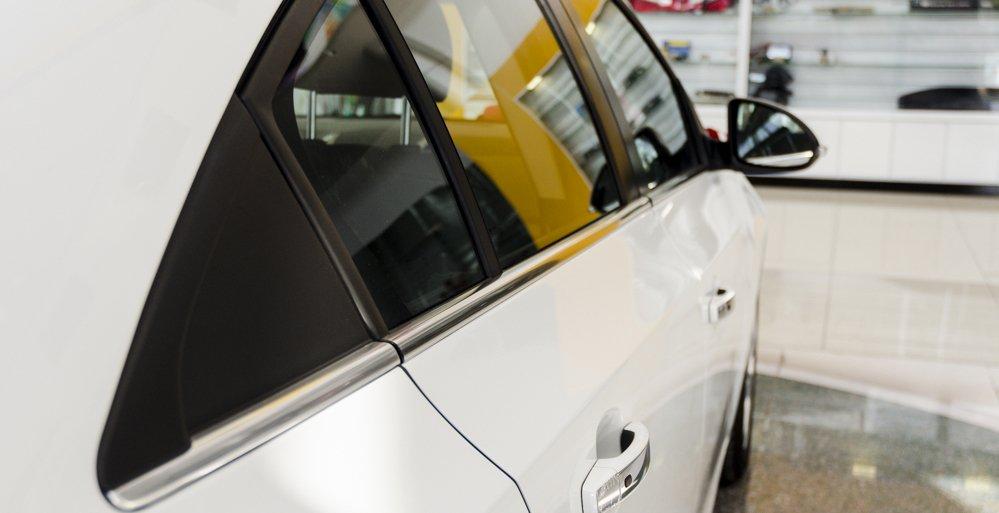 Đánh giá xe Chevrolet Cruze 2017 có viền các cửa sổ được nẹp kim loại mạ crom,