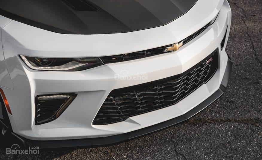 Đánh giá xe Chevrolet Camaro 2017: Thiết kế lưới tản nhiệt mới.